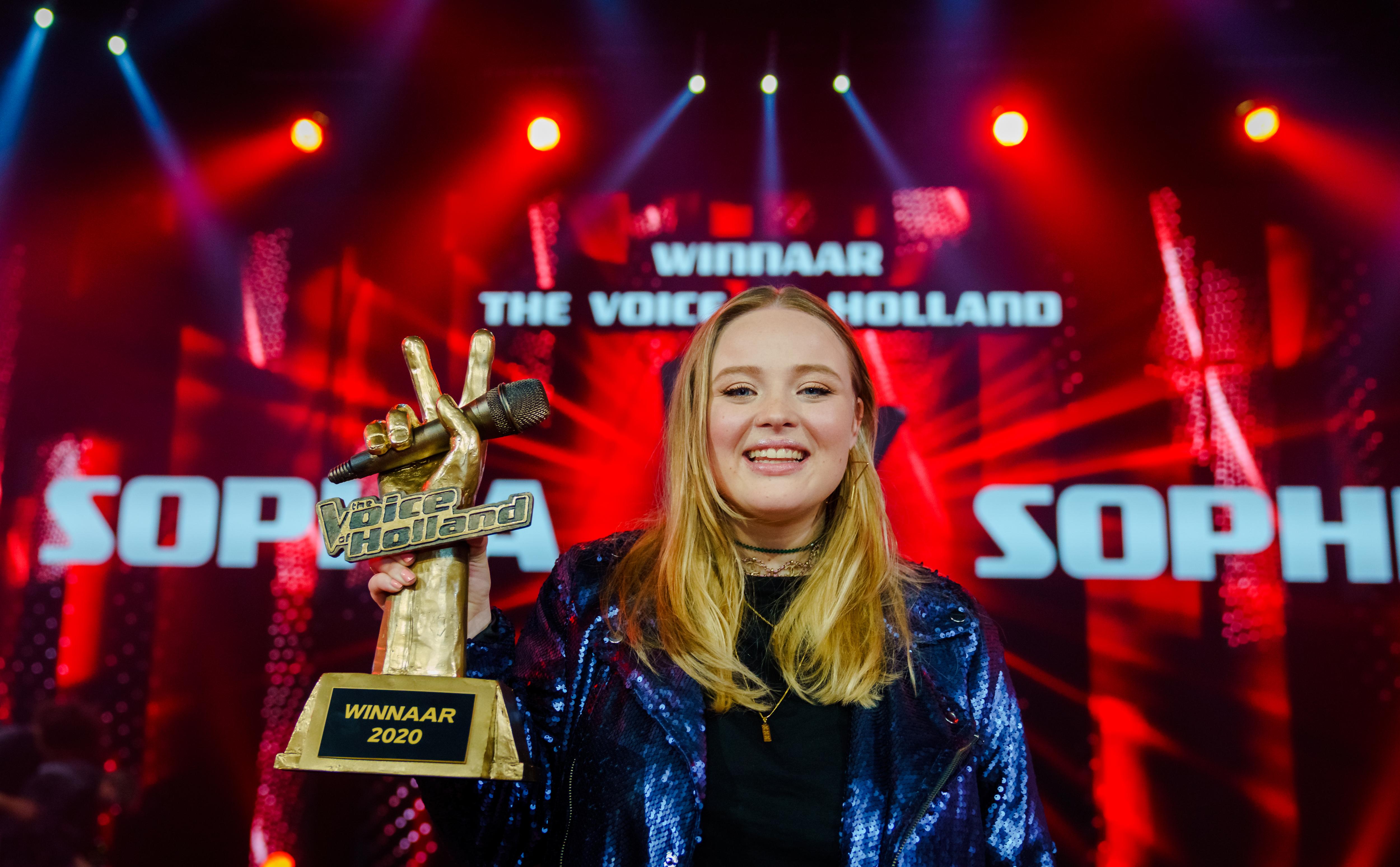 Een foto van Sophia met de cup van The Voice, gewonnen in het coronajaar