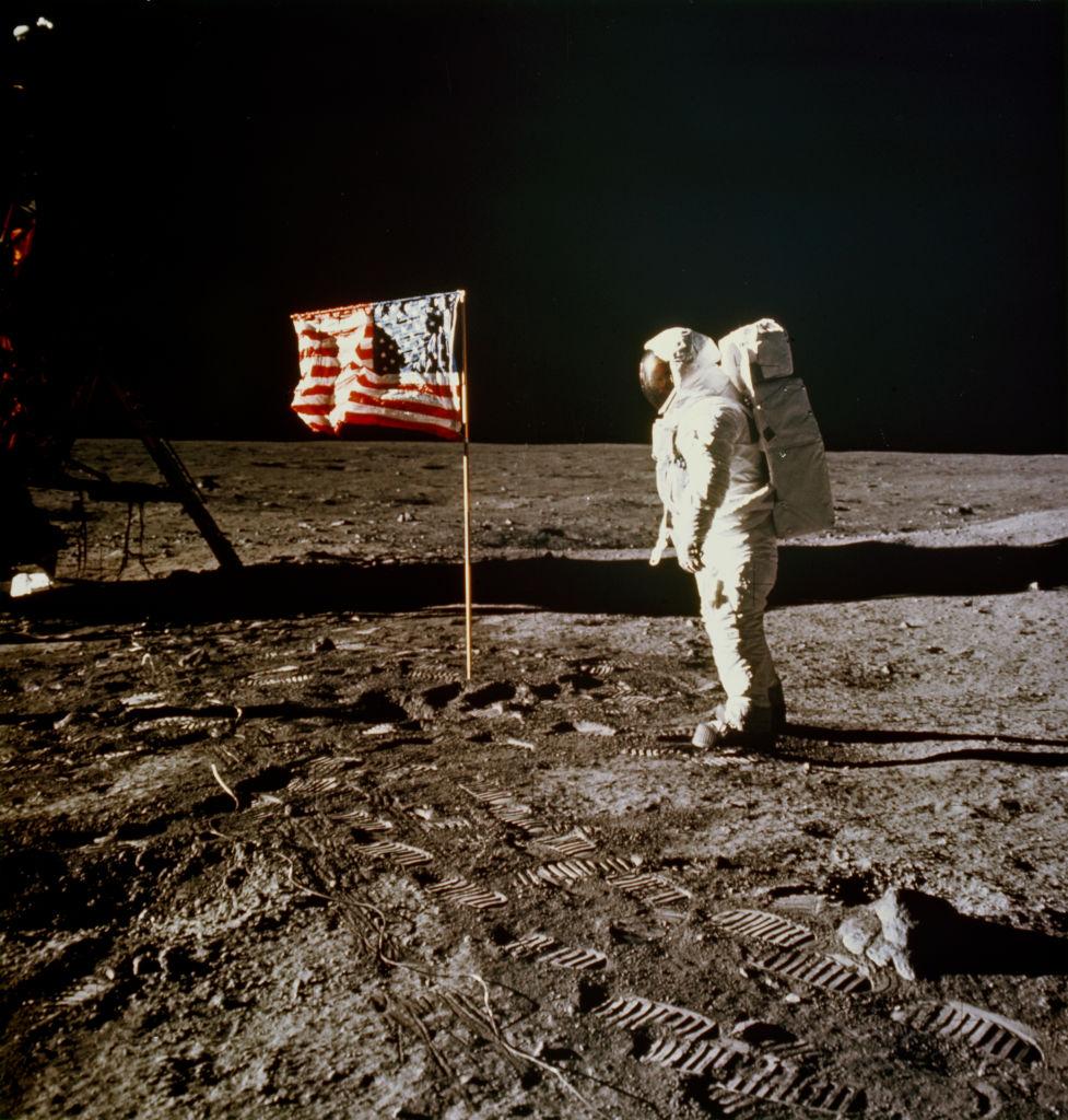Een foto van Neil Armstrong op de maan