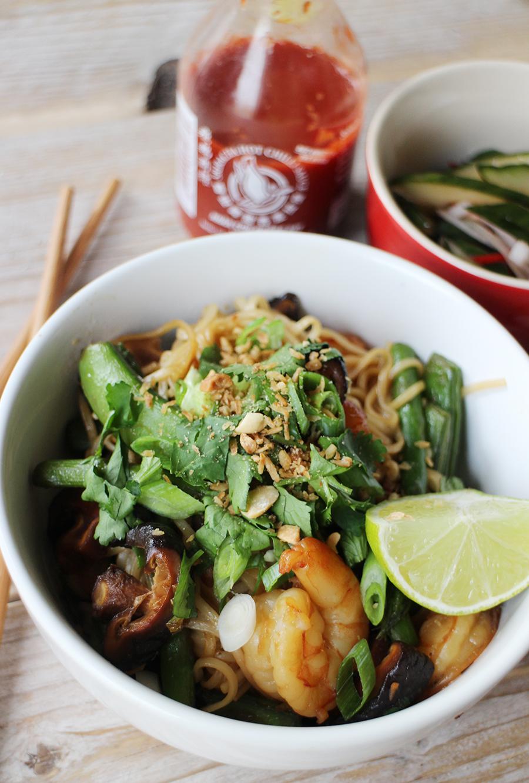 Noodles met gamba's, sugar snaps en koriander