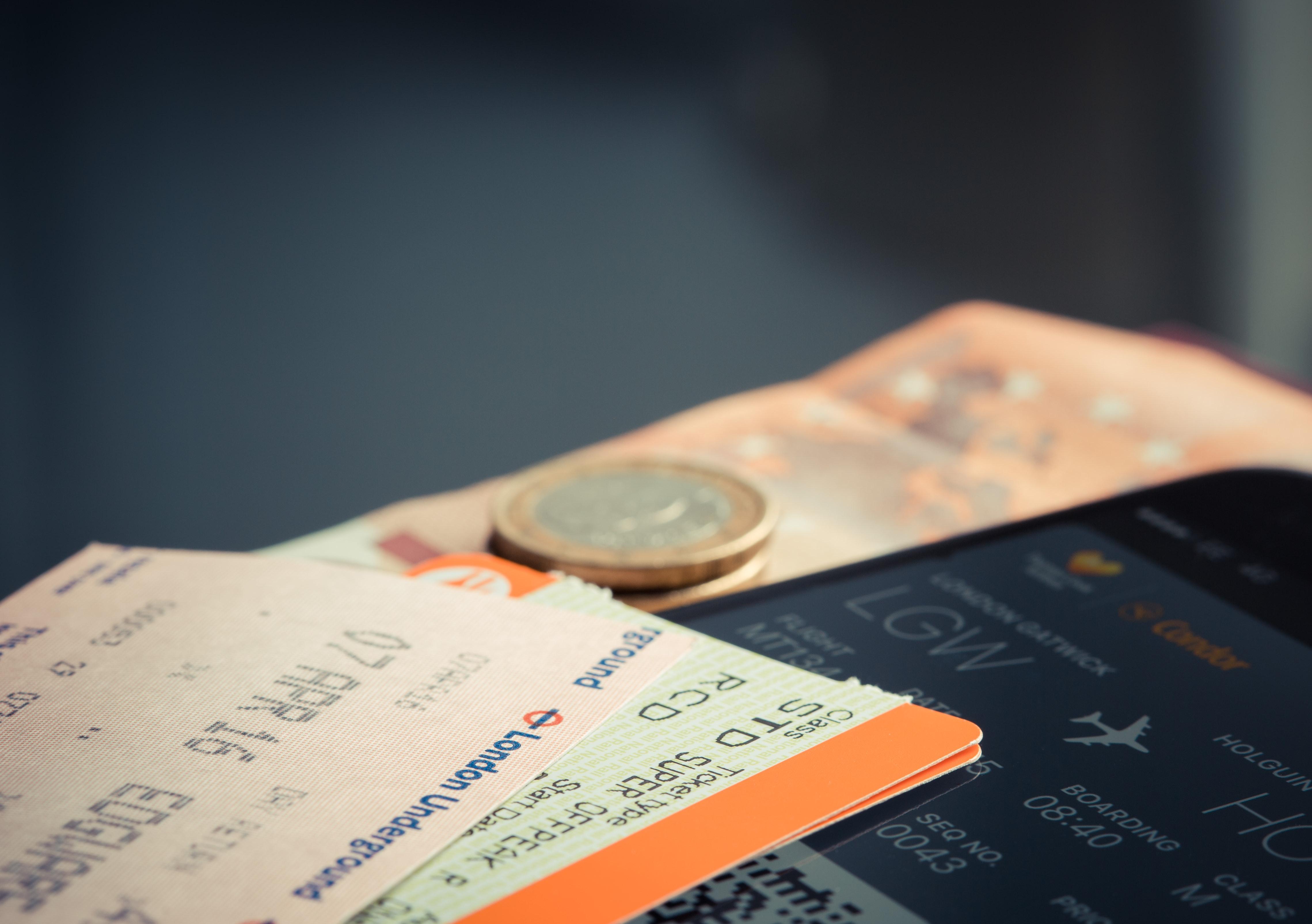 Een foto van een vliegticket en geld
