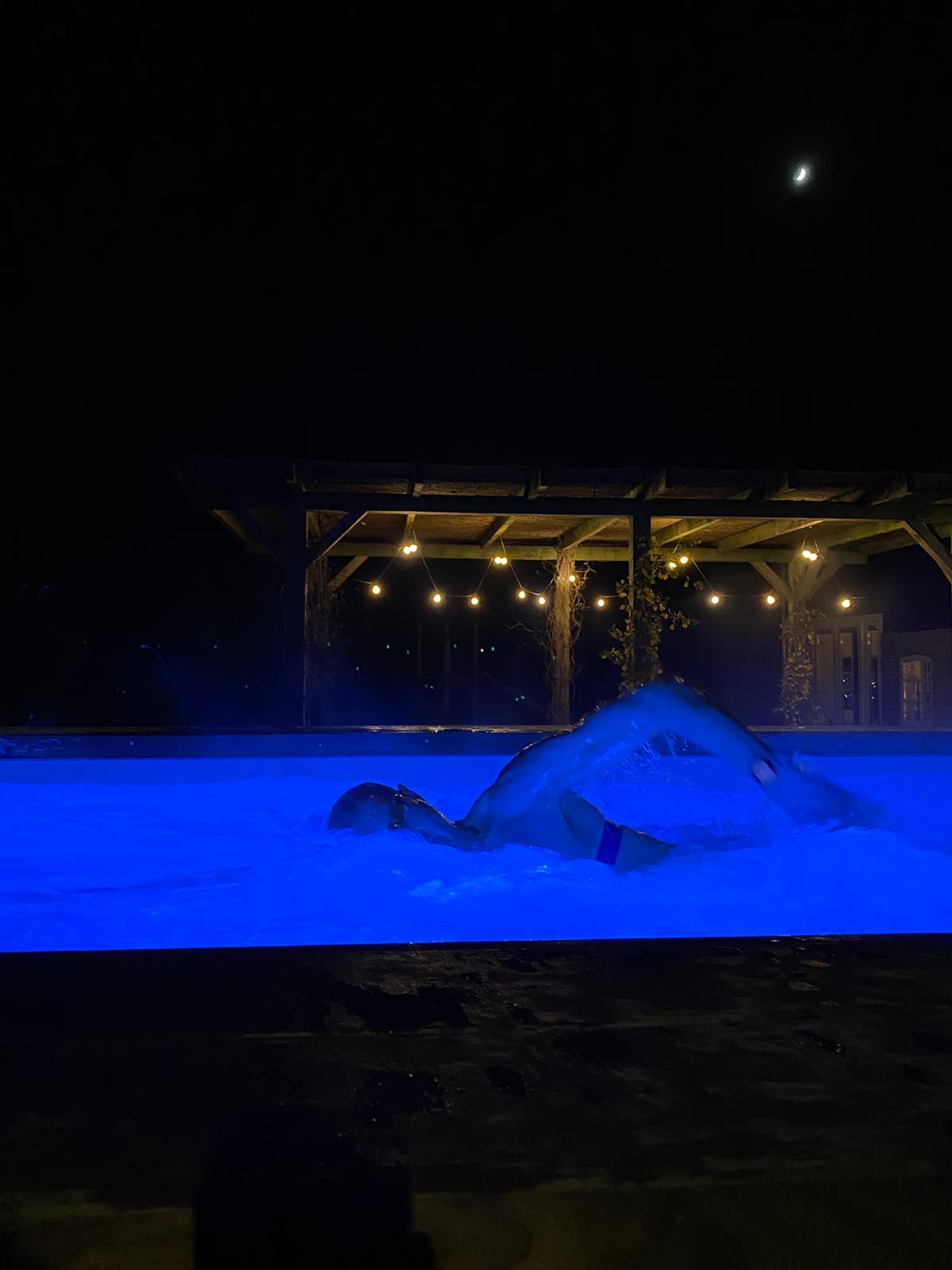 Een foto van Maarten van der Weijden in zijn zwembad