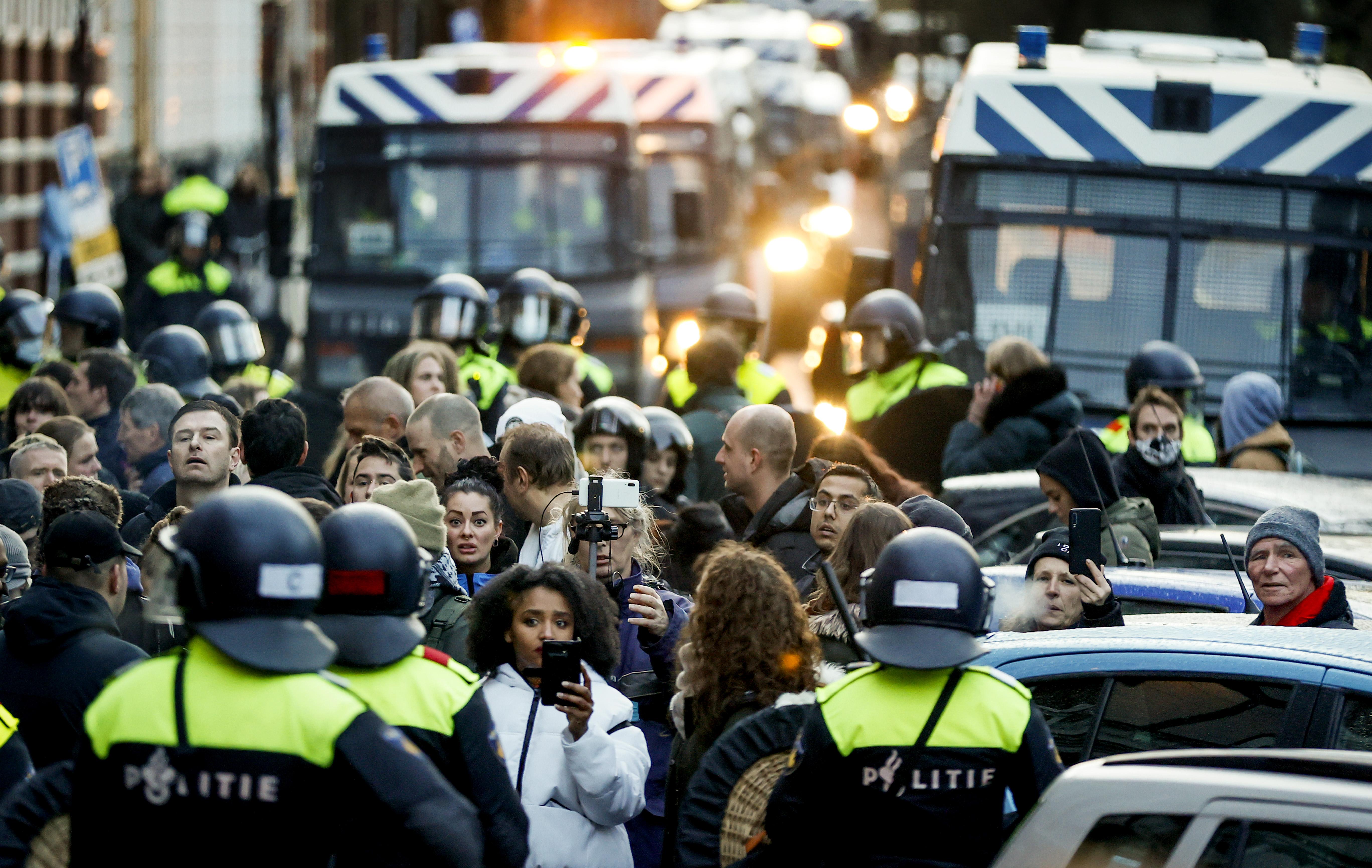 De politie heeft vandaag 115 mensen gearresteerd tijdens een spontane demonstratie op het Museumplein