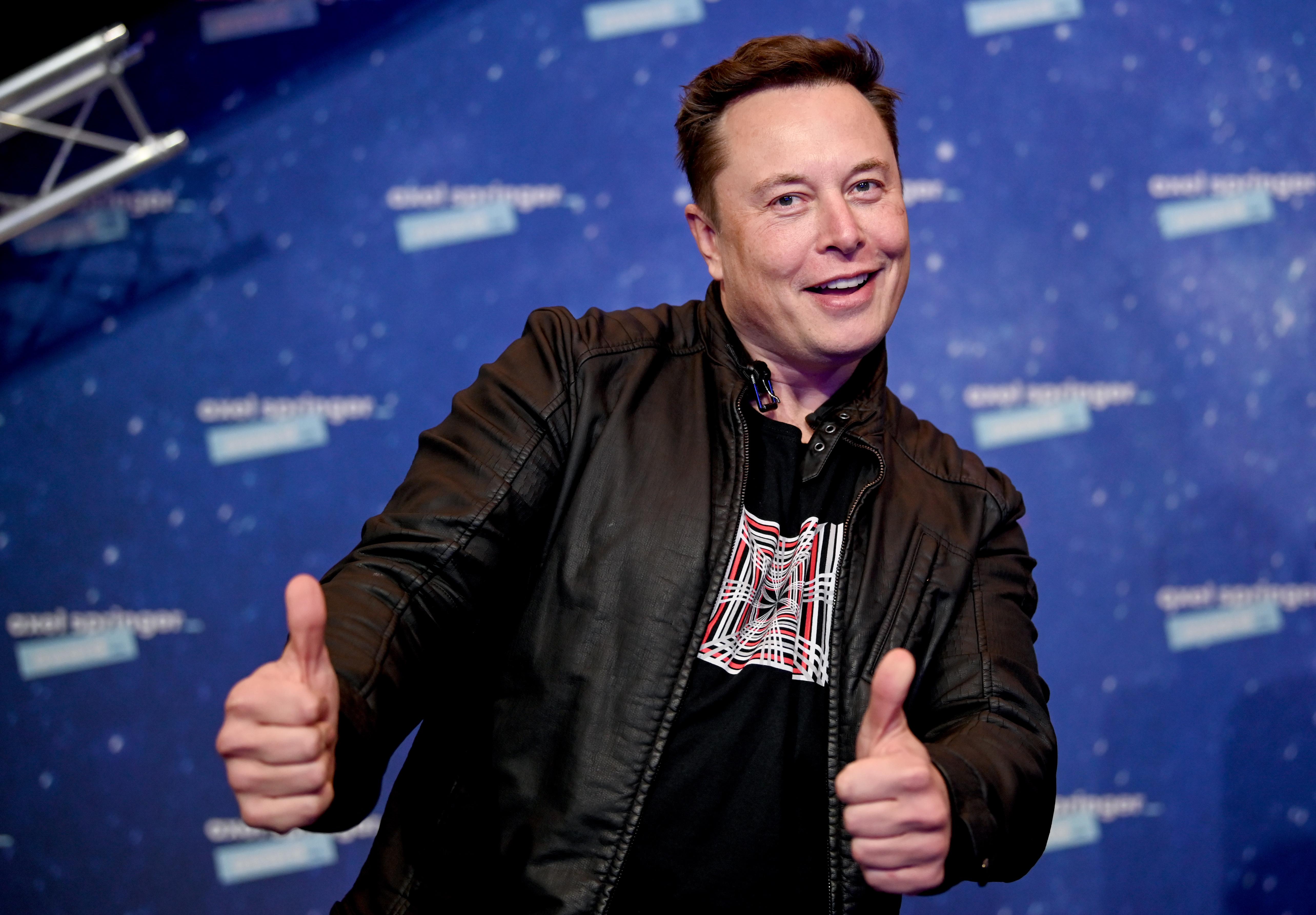 Una foto de Elon Musk con el pulgar hacia arriba