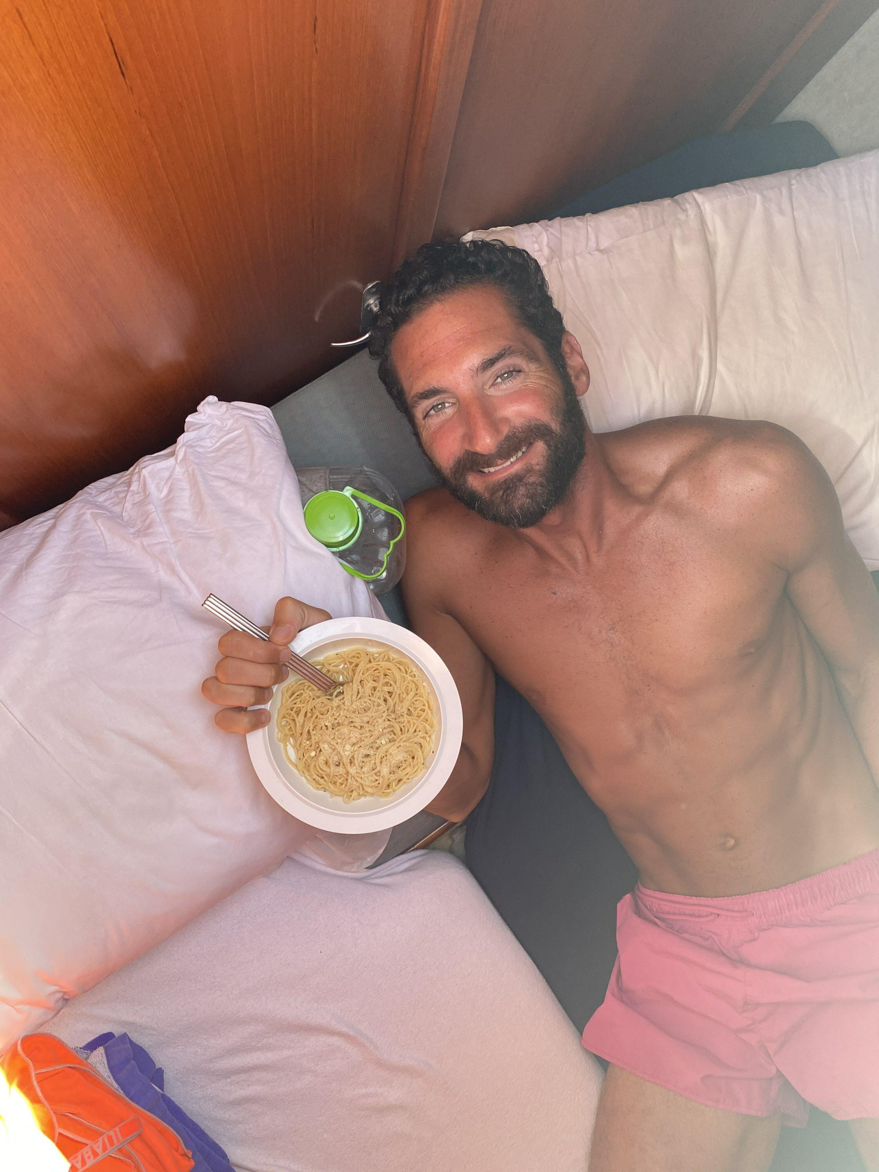 Een foto van Raymond in Panama met een bord eten op de boot