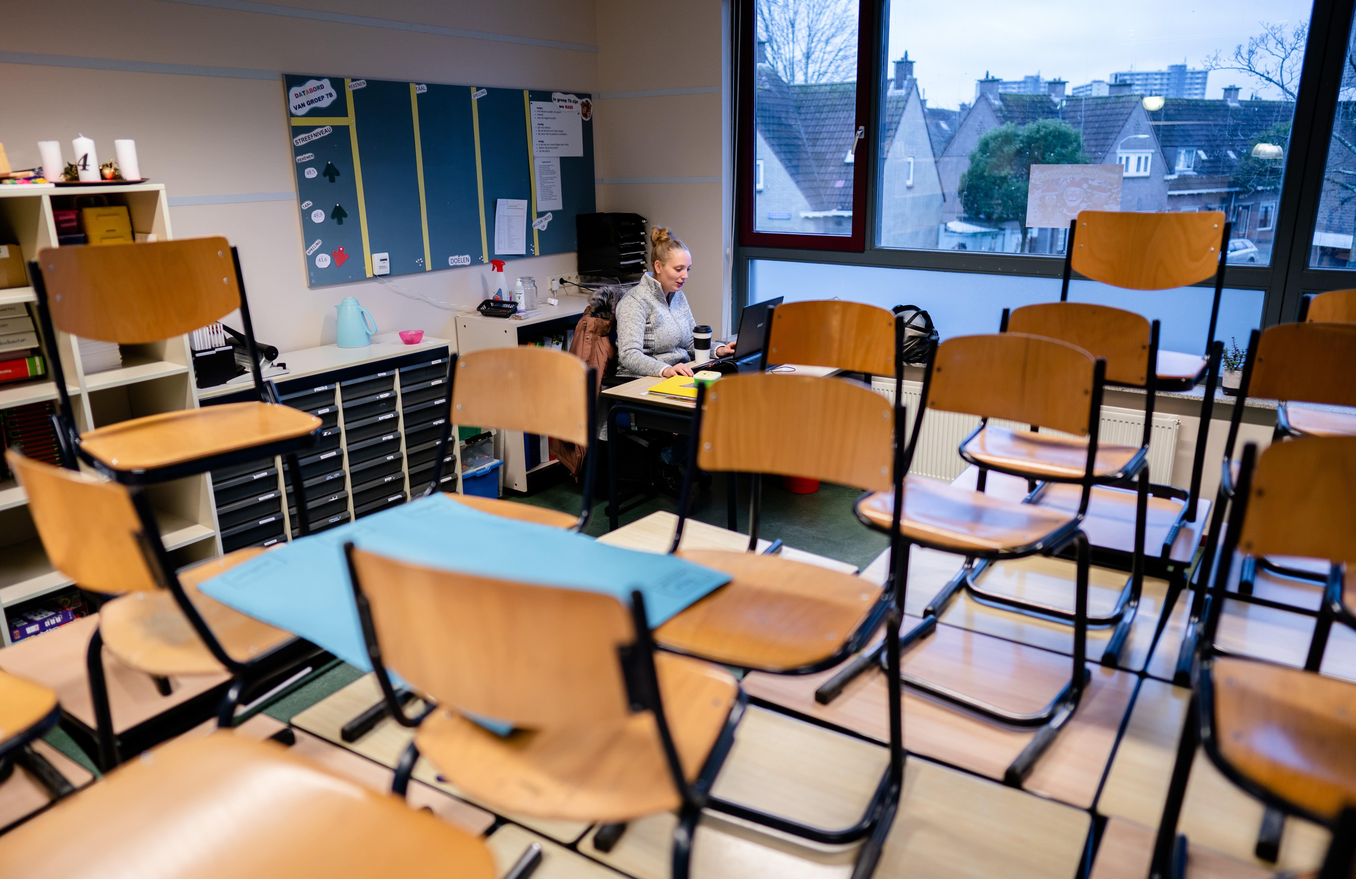 Een juf op een van de basisscholen die digitaal lesgeeft vanuit een leeg lokaal