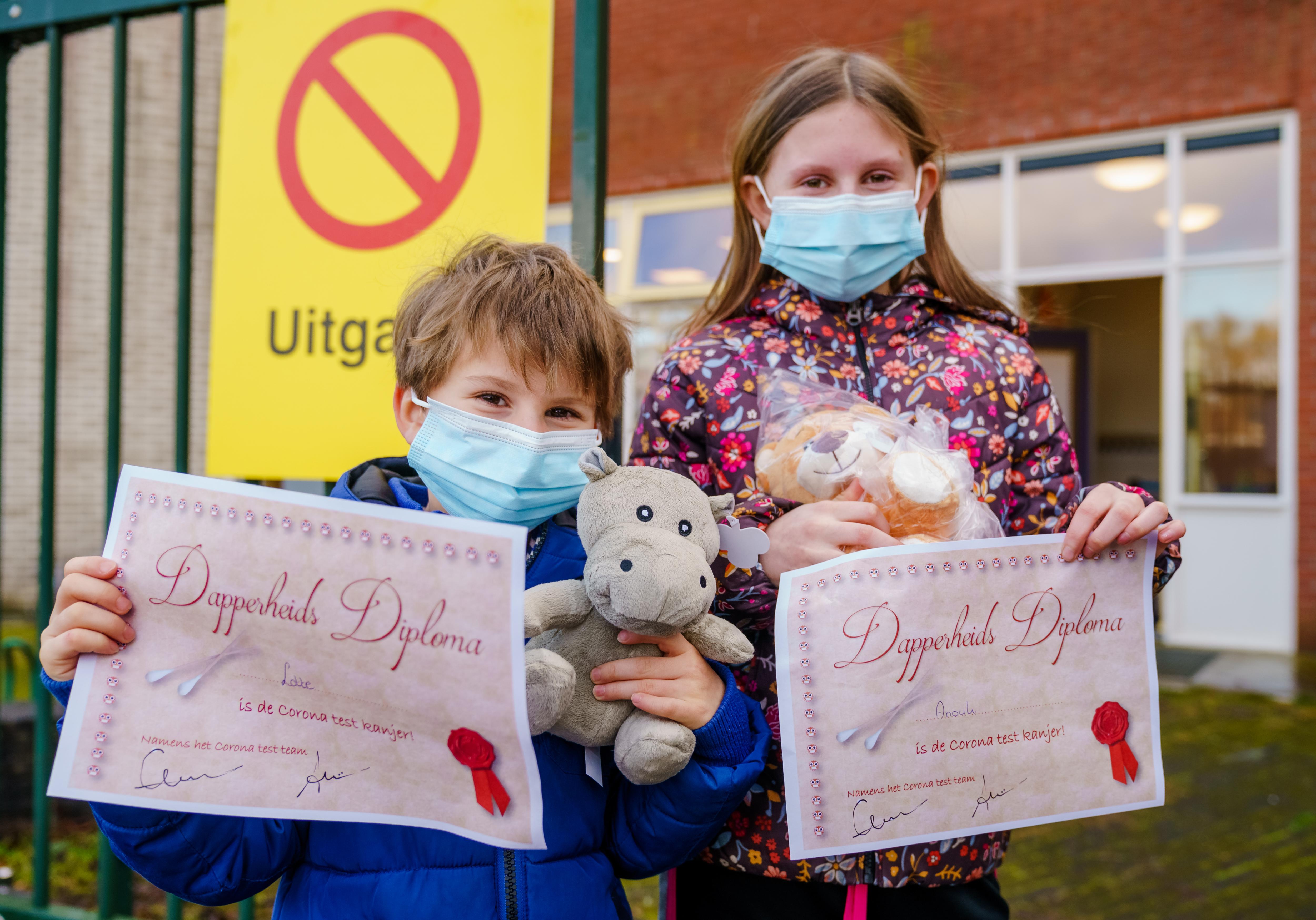 Een foto van kinderen van de basisschool in Bergschenhoek die de coronatest hebben laten doen