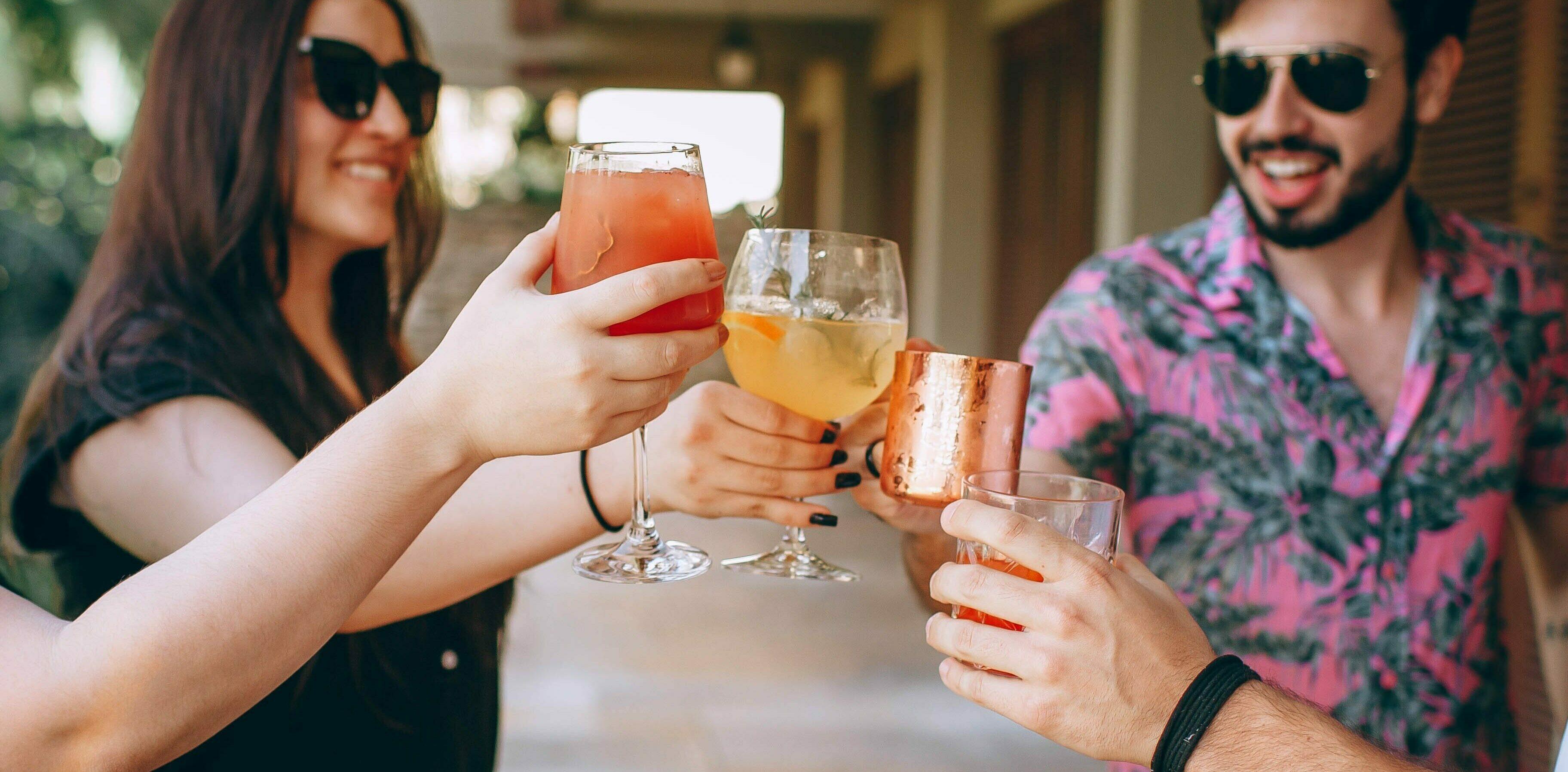 een foto van mensen die drinken.