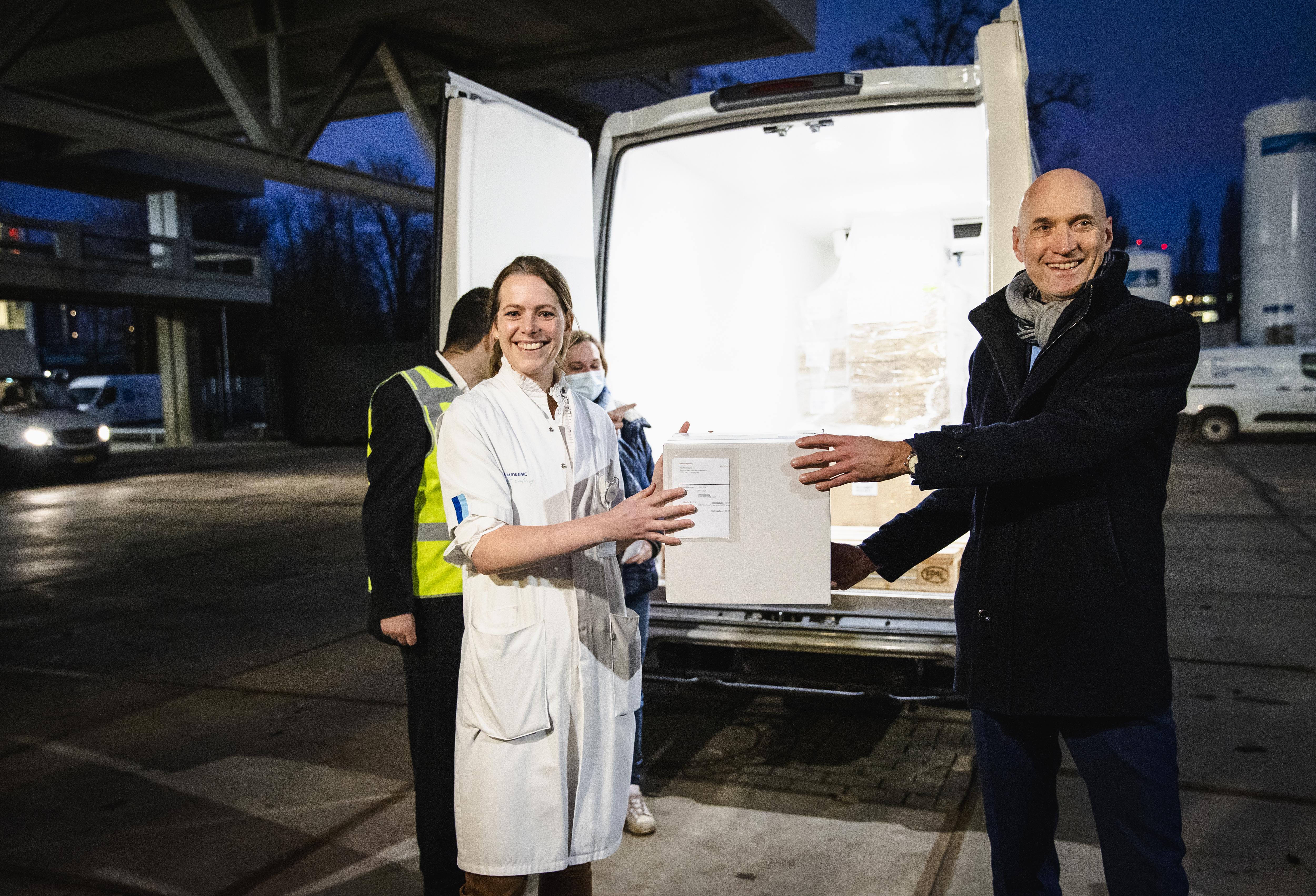 Een foto van de levering bij het Erasmus MC waardoor de vaccinatie kan beginnen