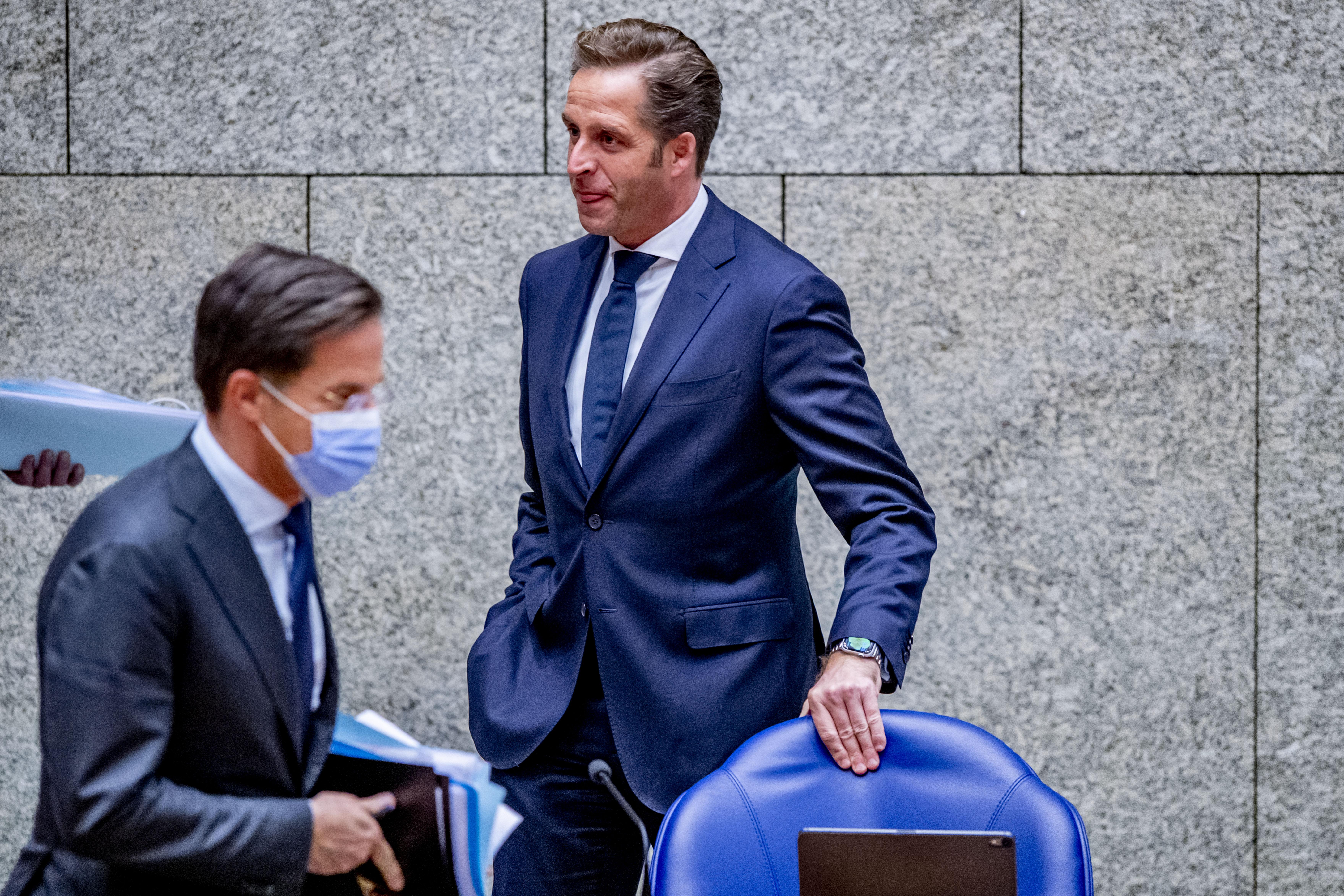 Een foto van minister Hugo de Jonge die het tijdstip van de eerste vaccinatie moest bepalen