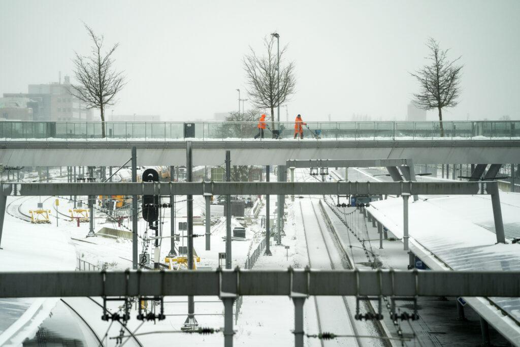 Geen treinverkeer, geen Thuisbezorgd en drukte Wegenwacht door sneeuw - Metronieuws.nl